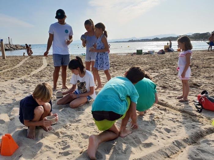 limpieza de plasticos en la playa