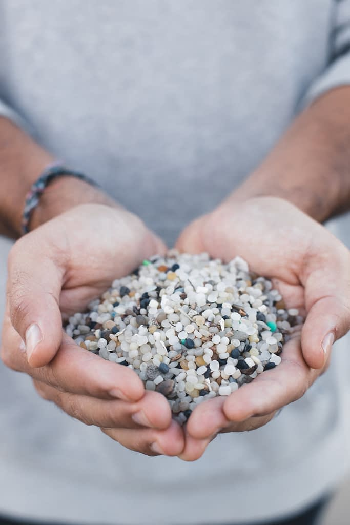 pellets-de-plastico-en-las-manos